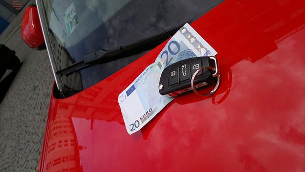Schlüssel mit Geldschein