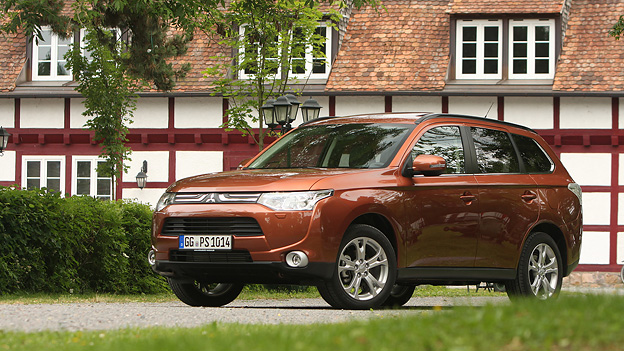 Mitsubishi Outlander Plug in Hybrid EV Autosalon Paris Messe News