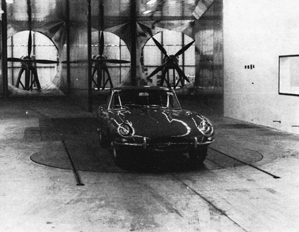 Ein Jaguar E im Windkanal der MIRA, der auch einen Rollenprüfstand installiert hat.