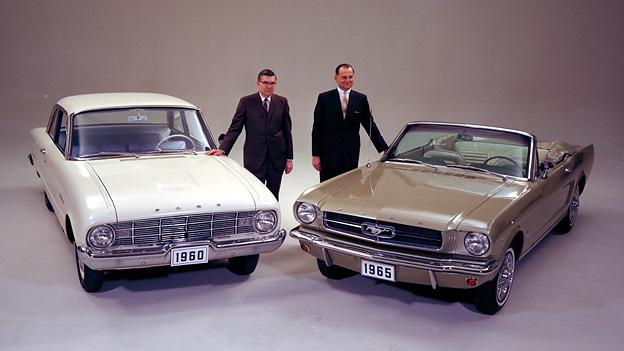 Don Frey und Lee Iacocca präsentieren 1965 den Ford Falcon und Mustang.