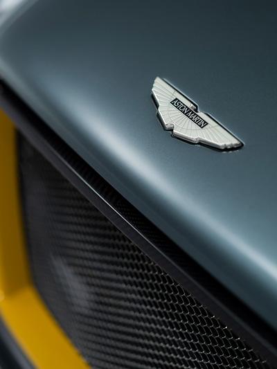 Da Aston MArtin Logo darf auf dem CC100 nicht fehlen.