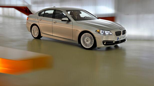 BMW 5er Limousine dynamisch vorne rechts