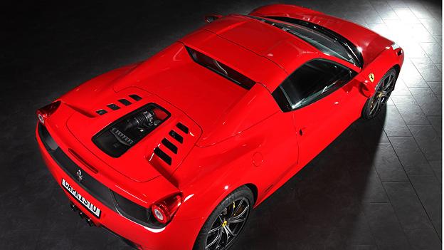 Beim Ferrari 458 Italia Spider kann man jetzt den Motor sehen.