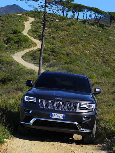 Der Jeep Grand Cherokee bekam neue Scheinwerfer.