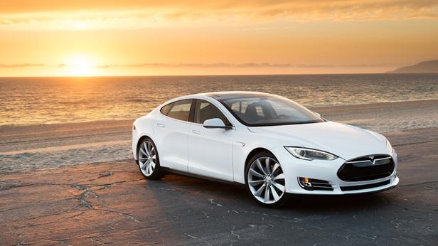 Tesla Model S steht am Strand