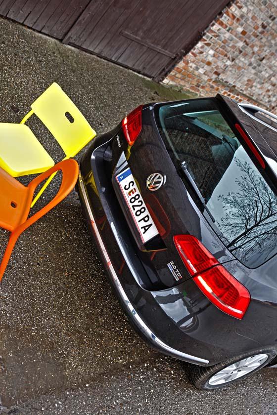 VW Passat Variant Dauertest parkt ein