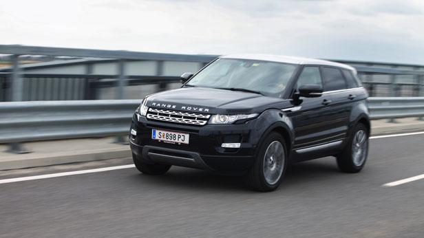 Unser Range Rover Evoque Dauertester fahrend vorne links