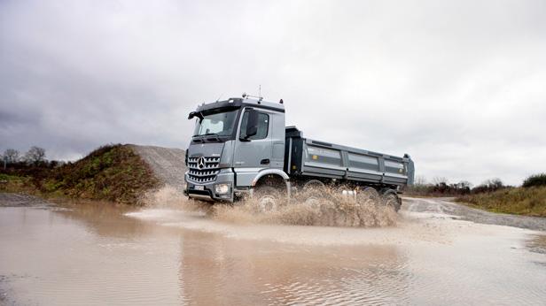 Mercedes-Benz-Arocs dynamisch im Wasser