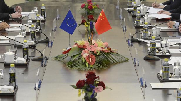 Vertreter von China und der EU am Verhandlungstisch