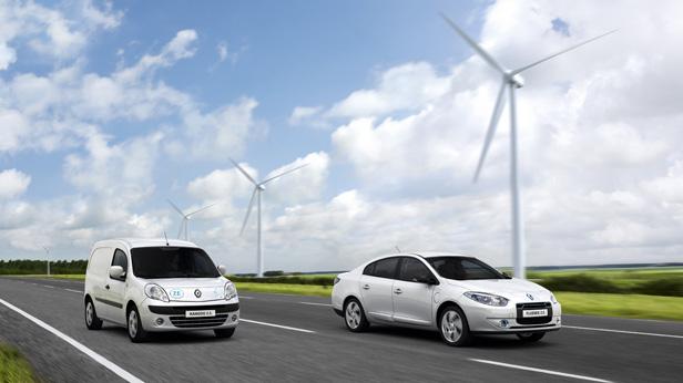 Elektroautos von Renault vor Windrädern