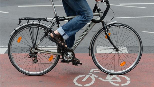 Ein Radfahrer auf dem Fahrradweg in Wien.