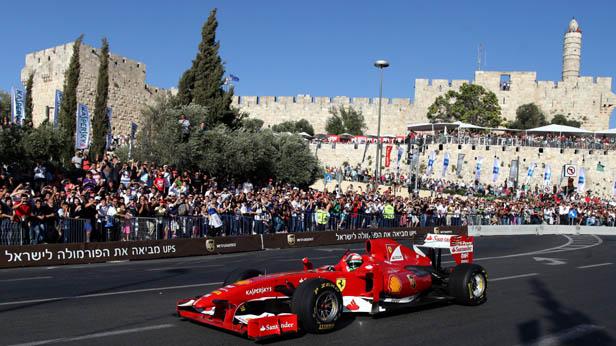 """Roter Ferrari in Jerusalem bei der """"Peace Road Show"""""""
