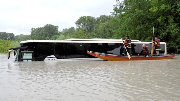 hochwasser-niederoesterreich-feuerwehr-reisebus