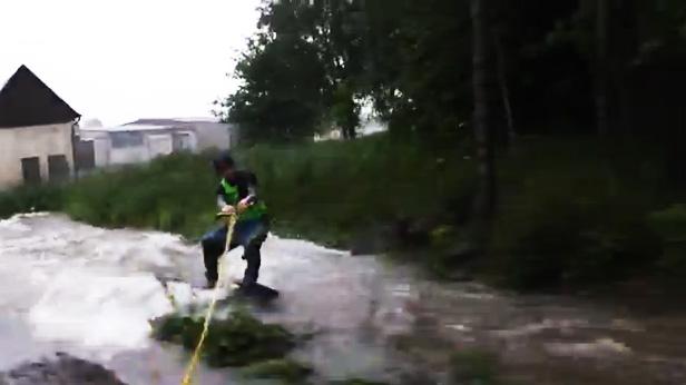 Hochwasser-Wakeboarder Sachsen Ariano Blanik
