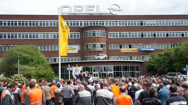 Mitarbeiter vor dem Opel-Werk in Bochum