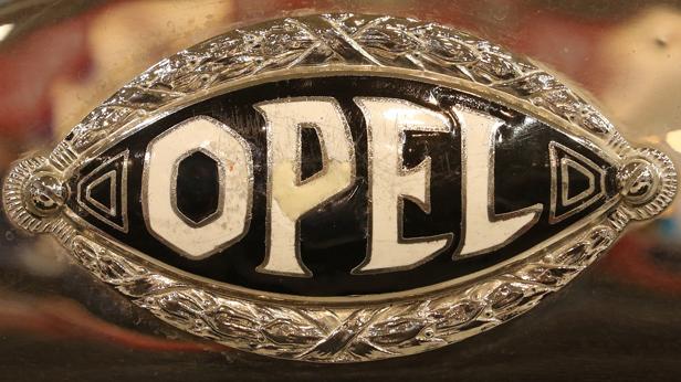 Ein historisches Firmenlogo von Opel