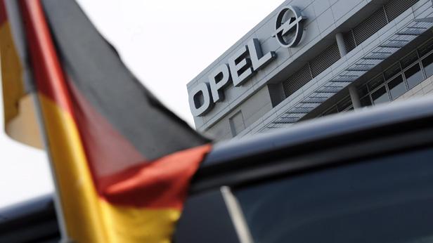 Deutsche Fahne vor dem Opel-Werk in Rüsselsheim