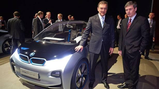 Norbert Reithofer (li.) und Ferdinand Dudenhöffer (re.) neben dem BMW i3.