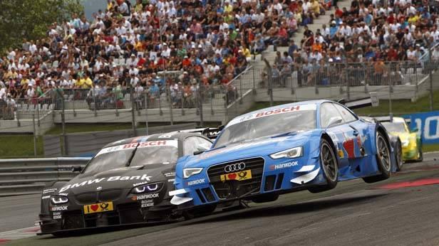 DTM-Rennautos (Audi überholt BMW) beim Überholmanöver