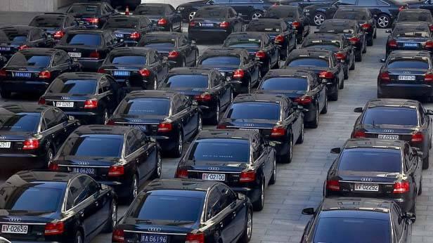 Zahlreiche Audis auf einem Parkplatz in Peking