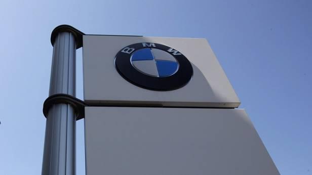 BMW-Firmenlogo von unten fotografiert
