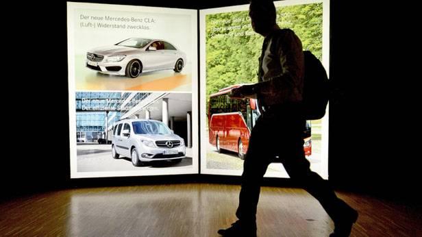 Mercedes Unternehmenssitz: Ein Fotograf auf dem Weg zur Pressekonferenz