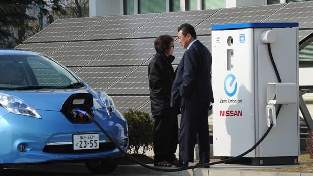 Ein Auto lädt seine Batterien bei einer Strom-Tankstelle in Japan.