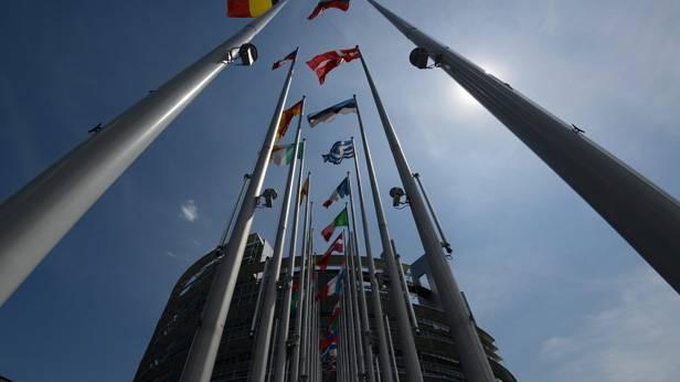 Sicht von unten auf die EU-Fahnen vor dem EU-Parlament in Straßburg
