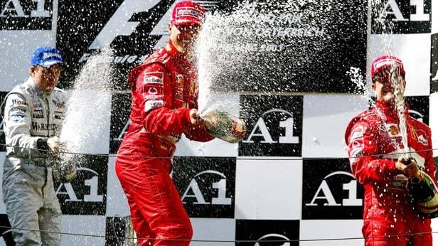 Die Siegerehrung des letzten Formel-1-Grand-Prix in Österreich: Kimi Raikkoenen (McLaren-Mercedes/2.Platz), Michael Schumacher (Ferrari/1.Platz) und Rubens Barrichello (3.Platz)