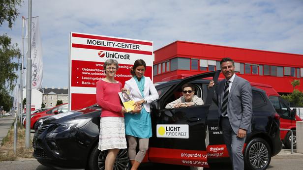 UniCredit übergibt Lichtmobil (Opel Zafira) an Licht für die Welt