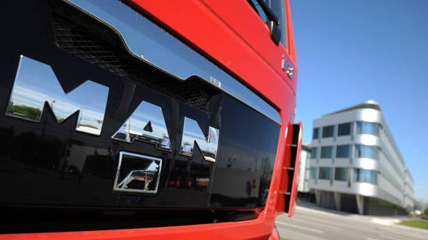 Ein MAN-Lkw vor dem Hauptquatier der Firma in München.