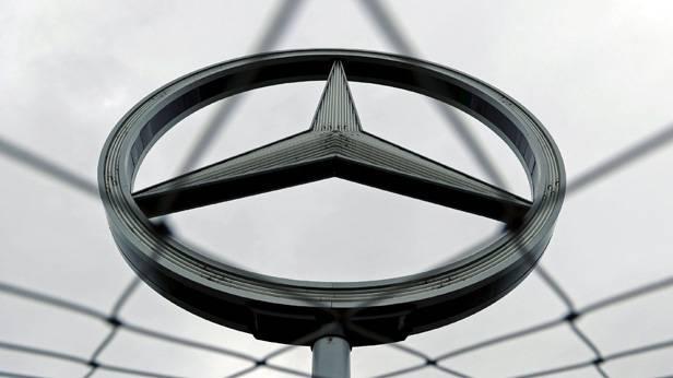 Mercedes-Logo hinter einem Zaun