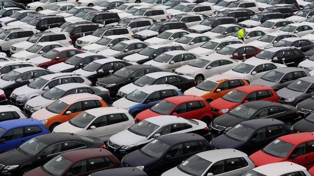 Neufahrzeuge verschiedener deutscher Marken stehen am Autoterminal