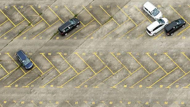 Ein beinahe leerer Parkplatz. Opel-Werk Bochum.