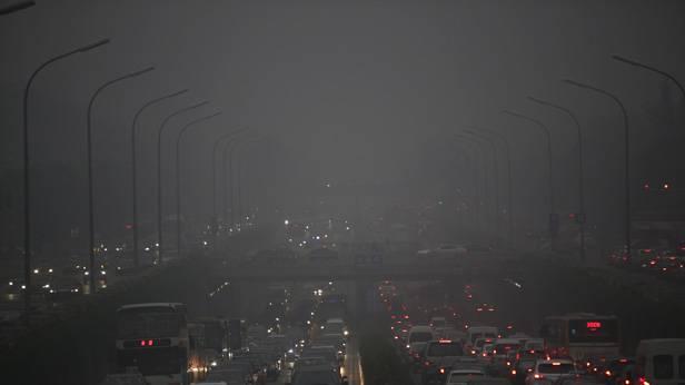 Eine Autobahn in Peking. Smog liegt in der Luft.