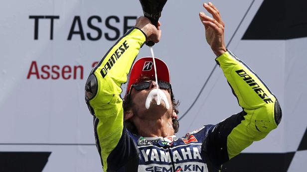 Valentino Rossi (Yamaha) feiert seinen Sieg in Assen/Niederlande