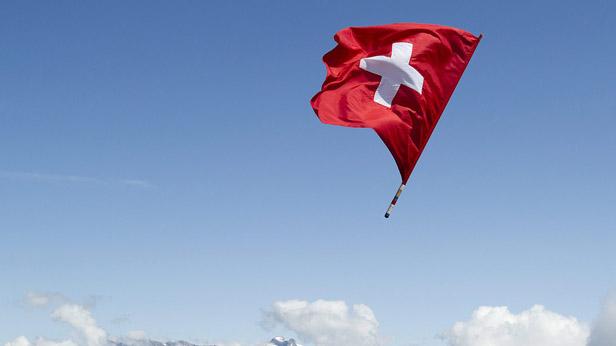 Eine Fahne der Schweiz in der Luft