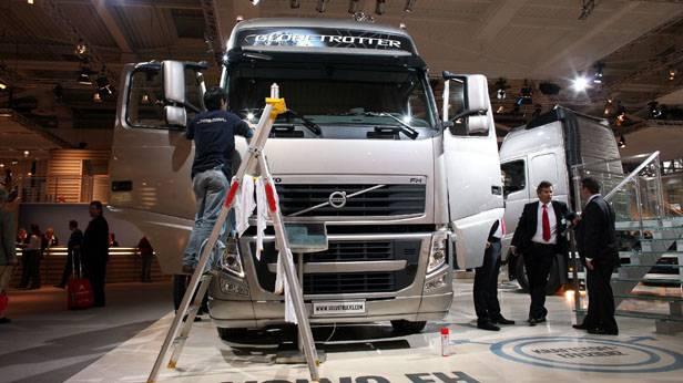 Ein Helfer säubert auf der IAA Nutzfahrzeuge in Hannover am Stand von Volvo die Scheiben eines Lastwagens
