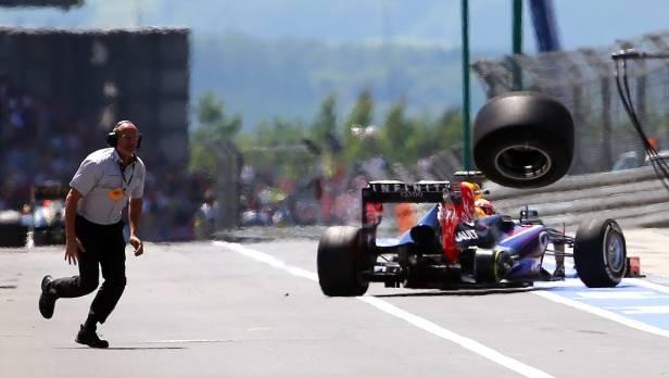 Unschöne Szenen: Ein Reifen des Australiers Mark Webber macht sich selbstständig und verletzt einen Kameramann schwer