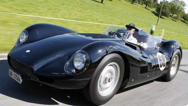 Lister-Jaguar BHL 16 auf einer Landstraße