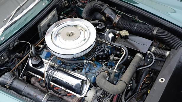 Motorraum des AC 428 Frua