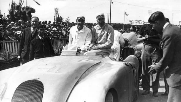 Der Bugatti 57G Tank bei einer Parade