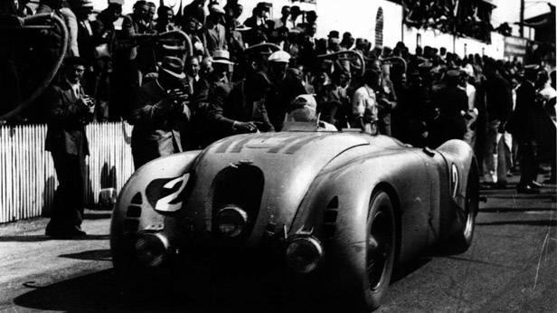 Bugatti 57G Tank bei der Zieldurchfahrt 1937