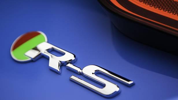 Schriftzug R-S auf dem Jaguar