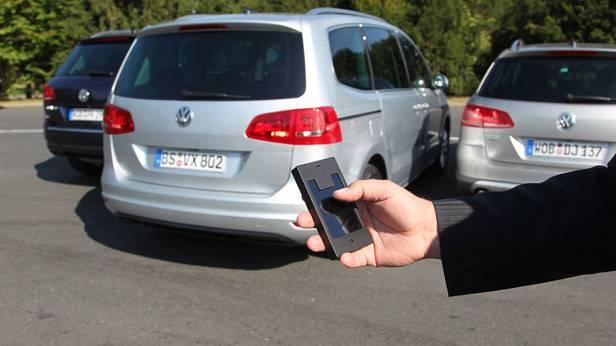 Fernbedienung um das automatische Parken zu aktivieren