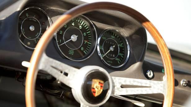 Lenkrad und Armaturenbrett des Lister-Jaguar BHL 16