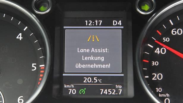 """Display eines VWs mit """"Lane Assist. Lenkung übernehmen!"""" Warnung"""