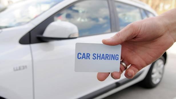 Ein Typ streckt seine Hand ins Bild, als ich gerade einen Renault Scenic fotografieren will.