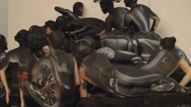 Fiat 500 Abarth zwölf Athletinnen Damen Frauen Bodypainting