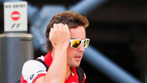 Fernando Alonso vor einem Einbahnschild